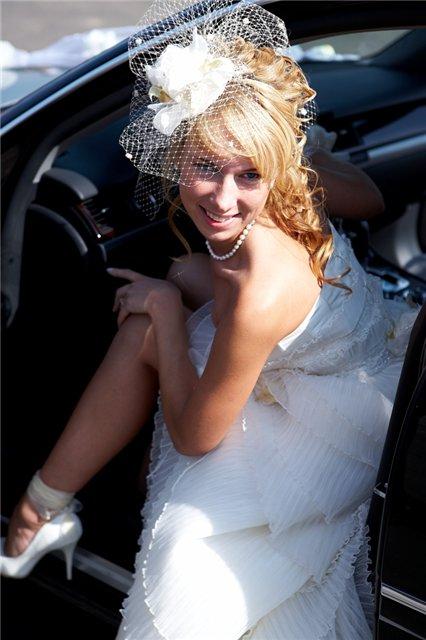 прически на свадьбу совместносо шляпкой и фатой